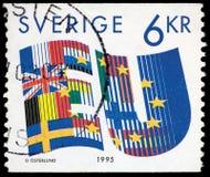 LA SUÈDE - VERS 1995 : Un timbre imprimé en SUÈDE montre les drapeaux stylisés des pays de l'Union européenne (UE) vers 1995 Image libre de droits