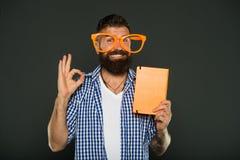 La sua approvazione Nerd di studio che invita per il libro di lettura Studente maschio dell'università con le note di conferenza  immagini stock