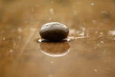 La suavidad enfocó el ZEN Stone, el agua y las rocas Imagenes de archivo