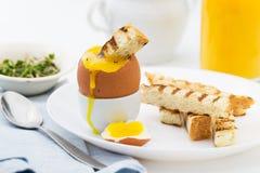 La suavidad hirvió el huevo con la tostada para el desayuno rico Fotografía de archivo libre de regalías