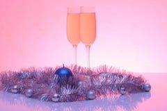 La suavidad teñió la foto de la Navidad y de la decoración del Año Nuevo y dos vidrios de champán con la reflexión Imagen de archivo libre de regalías