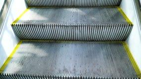 La subida de la escalera móvil en la primera persona metrajes