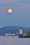 La subida de la Luna Llena de la cosecha Fotografía de archivo libre de regalías