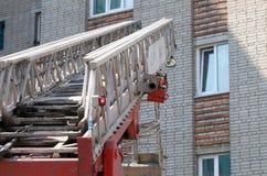 La subida de las escaleras en el coche de bomberos fotografía de archivo libre de regalías
