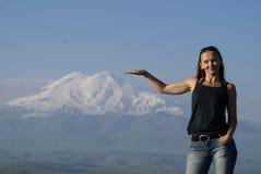 La subida de las montañas alta consigue al éxito superior imágenes de archivo libres de regalías