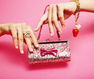 La substance de petite fille pour la princesse, femme remet tenir le petit sac à main mignon avec les bijoux et la manucure, mode Images stock