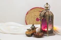 La substance de tradition et de folklore contiennent la lanterne, la théière et le vieux plateau coloré images stock