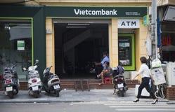 La succursale de Vietcombank sur Cau vont rue près du lac Hoan Kiem (épée) Image libre de droits