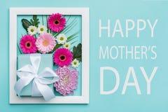 La sucrerie en pastel de mère de jour heureux du ` s colore le fond L'appartement floral de jour de mères étendent le concept min Photographie stock libre de droits