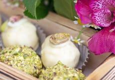 La sucrerie faite main dans une boîte en bois avec l'été lumineux de ressort fleurit images libres de droits
