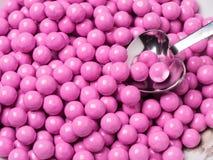 La sucrerie rose a couvert des chocolats Photos stock