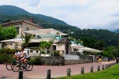La Suisse : Cyclistes devant l'hôtel de Giardino Lago dans Minusio, photos stock