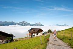 La Suisse marchant dans les montagnes Photos stock