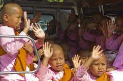La suora Monks in furgone accoglie la gente fotografia stock libera da diritti