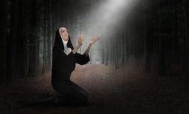 La suora, prega, preghiera, cristiano, religione, Cristianità, religiosa fotografie stock libere da diritti