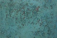 La superficie con la vieja superficie resistida, agrietada de la pintura destac? el primer fotos de archivo