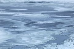 La superficie congelada en el río en invierno severo foto de archivo