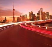 La superficie de la carretera vacía con los edificios de la ciudad de Shangai Lujiazui amanece fotografía de archivo