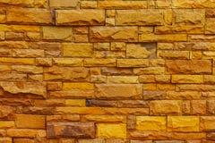 La superficie de la pared de ladrillo es bloques amarillos para el fondo Imagen de archivo libre de regalías