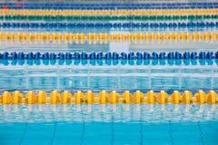 La superficie de la piscina con agua azul foto de archivo
