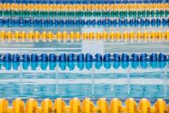 La superficie de la piscina con agua azul fotos de archivo libres de regalías