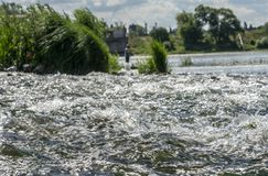 La superficie del agua del río en los rápidos fotos de archivo libres de regalías