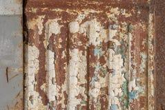 La superficie del ferro ondulato è coperta di vecchia pittura, la pittura scheggiata, fondo di struttura Immagine Stock