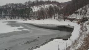 La superficie del lago congelato in Europa stock footage