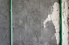 La superficie del pettine del gesso della colla della parete del mortaio ha preparato per piastrellare Fotografia Stock