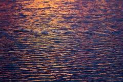 La superficie dell'acqua nel lago con luce del tramonto fotografia stock