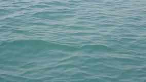 La superficie dell'oceano calmo con le piccole onde archivi video