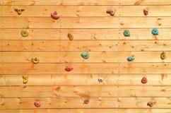 La superficie di legno di una parete artificiale di arrampicata Fotografia Stock Libera da Diritti
