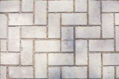 La superficie di vecchio pavimento intonacato con i mattoni simmetrici dell'architettura geometrica bianca o del pannolino ha rip immagini stock libere da diritti