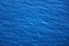 La superficie y las ondas azules del mar se cierran para arriba imagenes de archivo