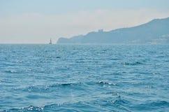 La superficie y las ondas detalladas de la agua de mar estiran hacia fuera al horizonte Fotos de archivo