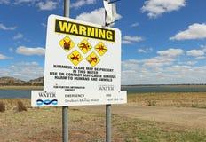 La supervisión en el mojón Curran Reservoir detectó niveles de algas verde-azules Han advertido el público evitar el contacto Fotos de archivo