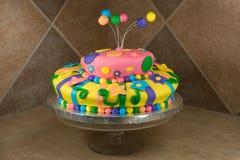 La suposición adornó la torta de cumpleaños Imagen de archivo libre de regalías