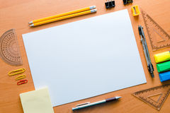 La surface de fonctionnement de la table de l'artiste A pour dessiner un objet Photographie stock libre de droits