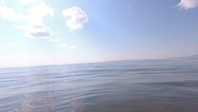 La surface de l'eau du lac banque de vidéos