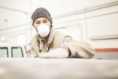 La surface de ponçage de voiture de peintre fonctionne dans l'atelier photo libre de droits