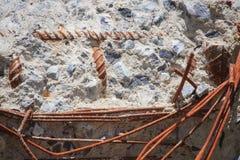 La surface du béton fend la rouille évidente sur la surface en acier Photographie stock libre de droits