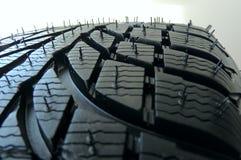 La surface en caoutchouc du nouveau pneu de voiture avec des sipes et les cannelures se ferment  Photos libres de droits