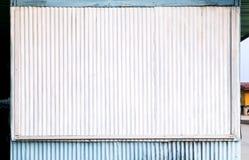 La surface ondulée de zinc blanche et le bleu de la maison est un roadsid photos stock