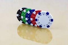 La surface reflétée reflète les puces colorées de casino photographie stock libre de droits