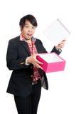 La surprise asiatique d'homme ouvrent un boîte-cadeau vide Photo libre de droits