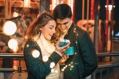 La surprise romantique pour Noël, femme reçoit un cadeau de son ami Images libres de droits