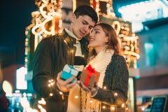 La surprise romantique pour Noël, femme reçoit un cadeau de son ami Photo libre de droits