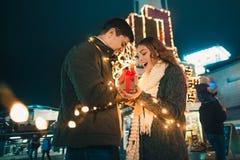 La surprise romantique pour Noël, femme reçoit un cadeau de son ami Image stock