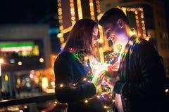 La surprise romantique pour Noël, femme reçoit un cadeau de son ami Photos libres de droits