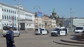 La surveillance de la police anti-émeute proteste contre la réunion entre le sommet d'atout et de Poutine à Helsinki, Finlande clips vidéos
